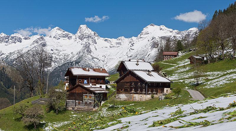 Weisse Bergspitzen im Frühjahr