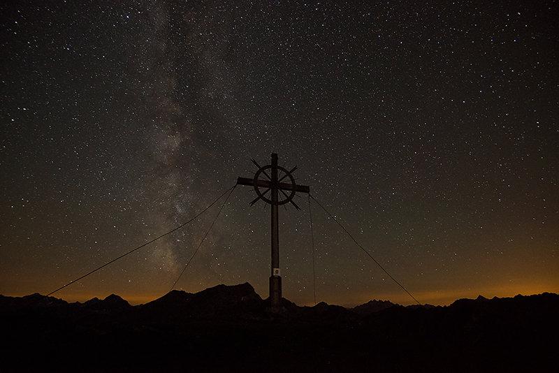 Gipfelkreuz unter der Milchstraße