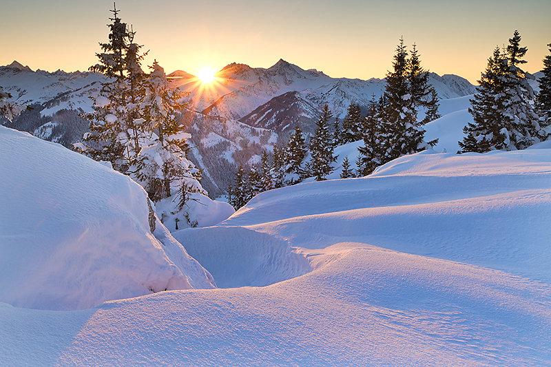 Die Sonne lächelt an diesem Tag das letzte mal hinter den Bergen hervor