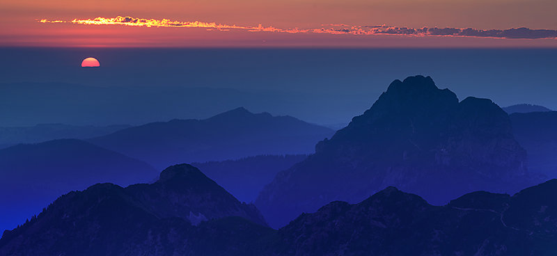 Kurz bevor die Sonne hinter dem Horizont verschwindet
